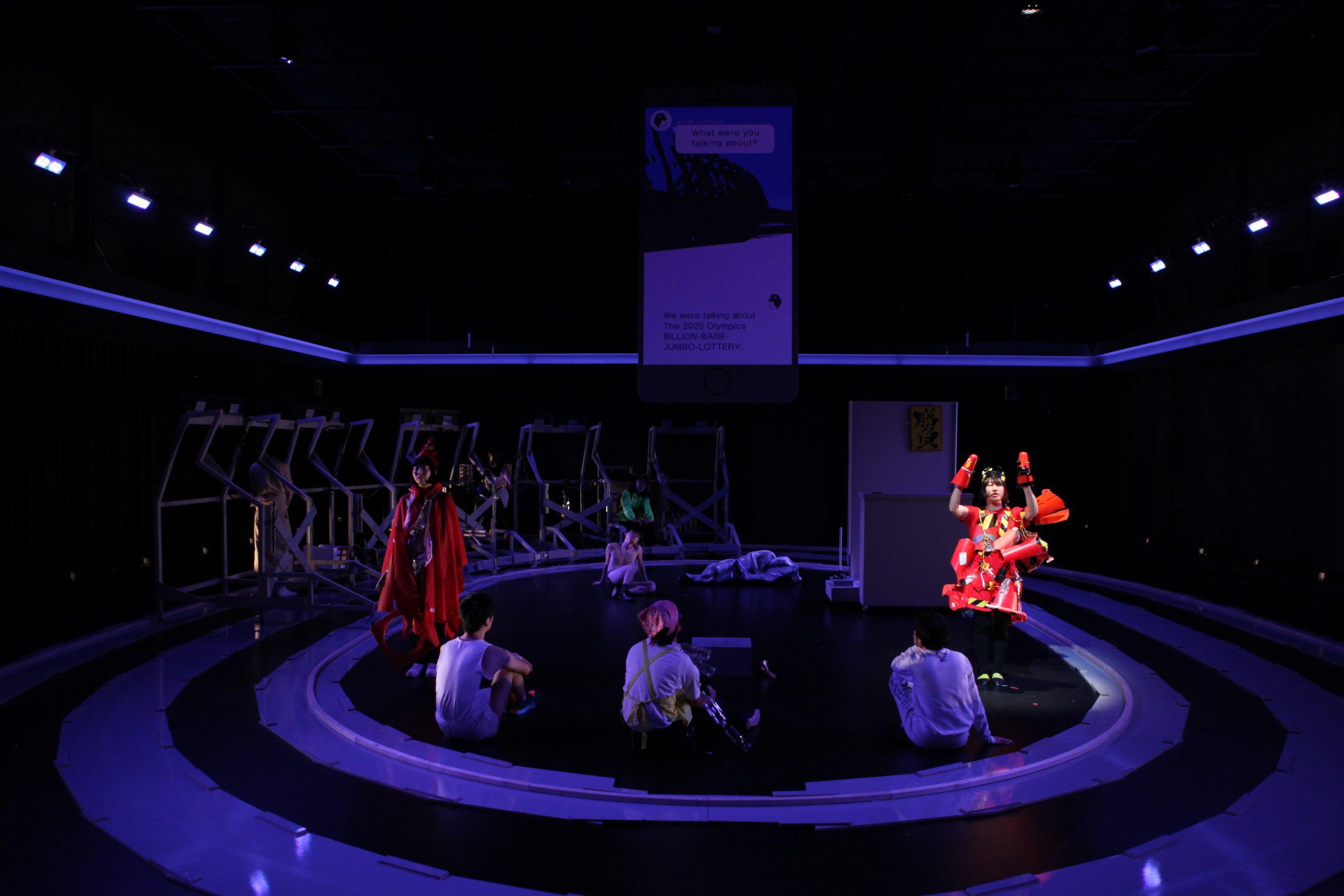 「円環・回転・ループ」が支配する醒めた熱狂空間で、「スペクタクルに耐ええない身体」を提示する